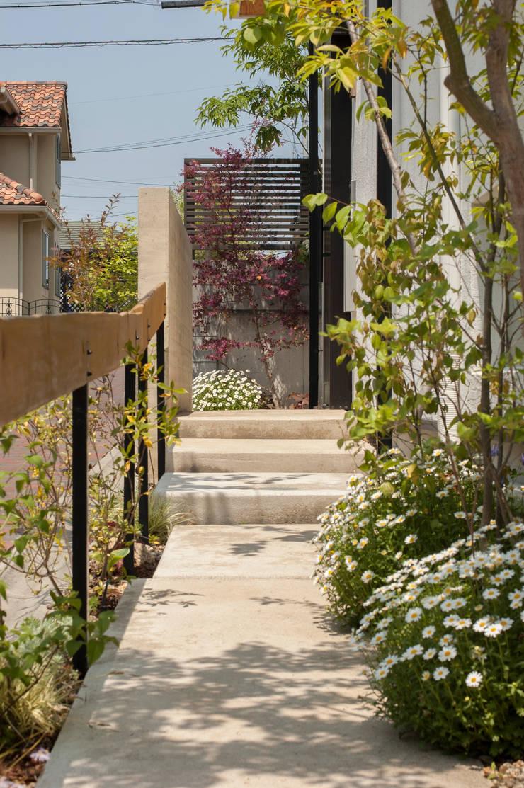 小道: Garden design office萬葉が手掛けた庭です。