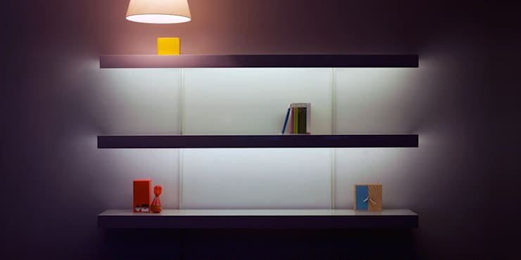 White shelving with lighting and white wall fixings: modern Living room by ON&ON