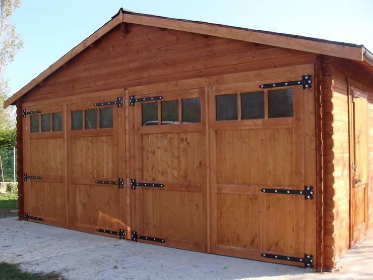 Doppio garage in legno 6x6. Spessore 44 mm:  in stile  di DEKALUX