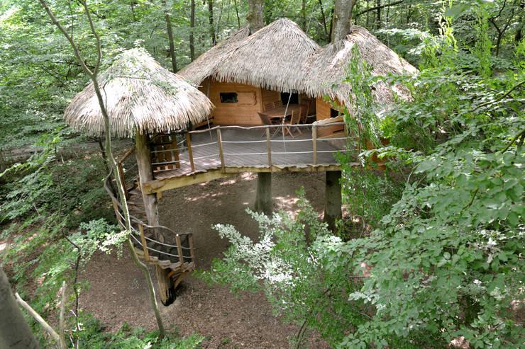 """La cabane """"Robin des Bois"""": Balcon, Veranda & Terrasse de style  par Les cabanes de Fontaine"""