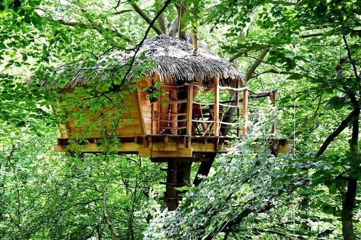 """Cabane du """"Berceau"""": Balcon, Veranda & Terrasse de style  par Les cabanes de Fontaine"""