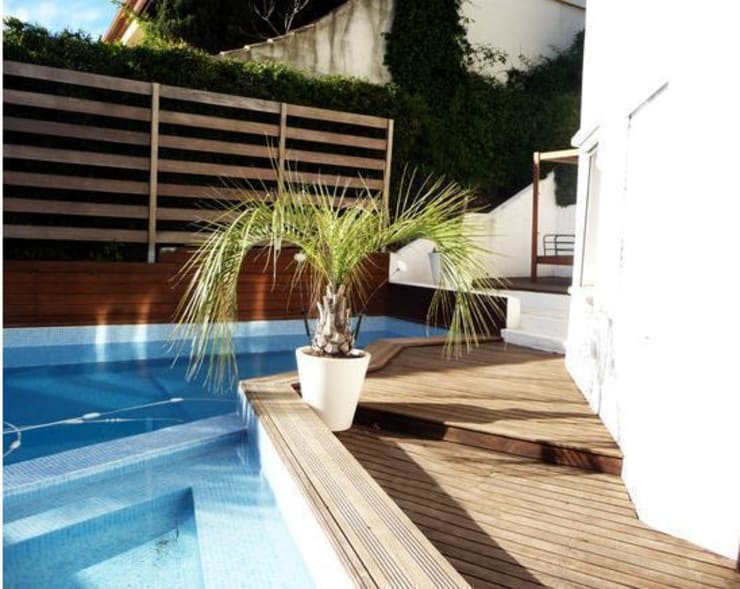 Villa contemporaine et lumineuse: Piscines  de style  par Idea
