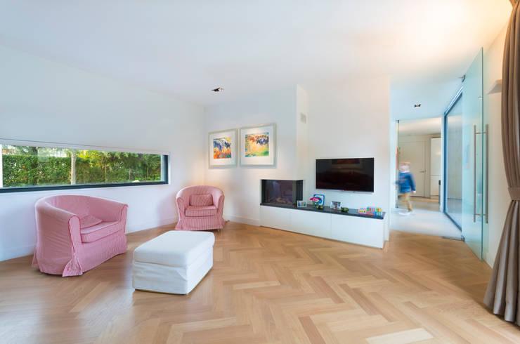 Woonkamer met gashaard: moderne Woonkamer door Architect2GO