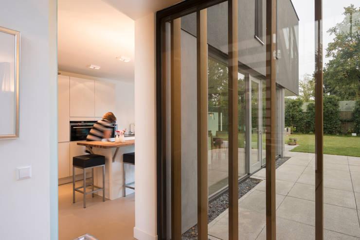 Zicht vanuit hal op woonkeuken:  Gang en hal door Architect2GO