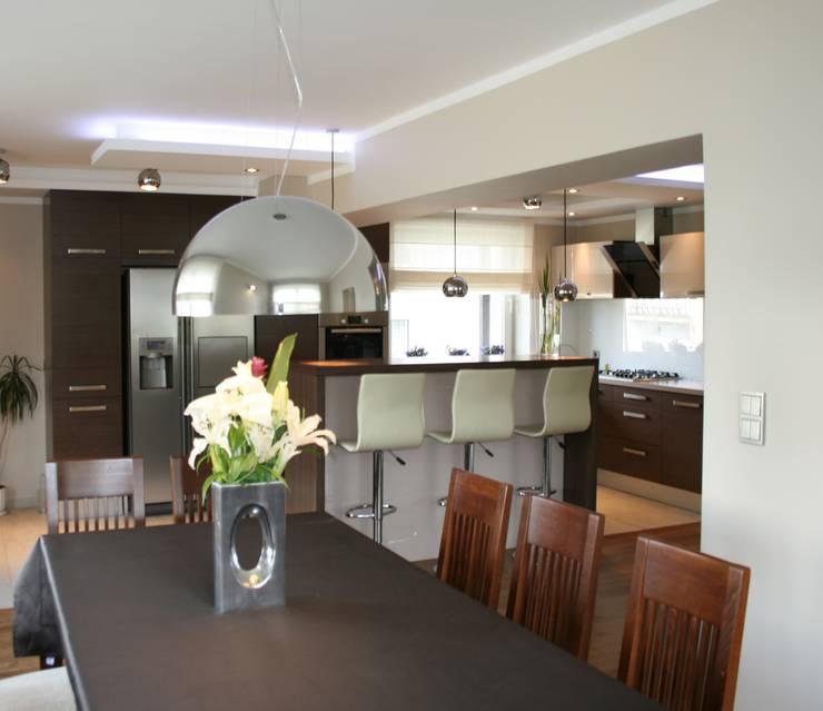 Salon z kuchnią: styl , w kategorii Jadalnia zaprojektowany przez studio bonito