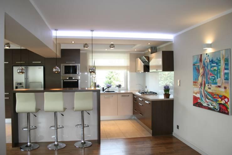 Salon z kuchnią: styl , w kategorii Kuchnia zaprojektowany przez studio bonito
