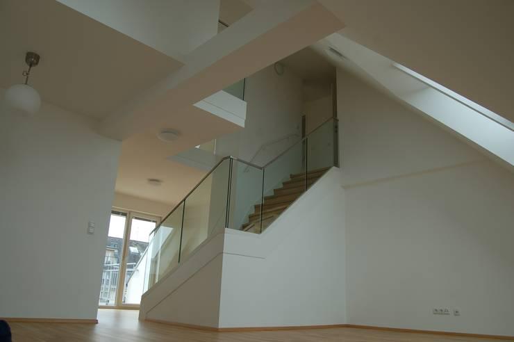 Wohnhaussanierung und Dachgeschoßausbau 1180 Wien, Kreuzgasse 29: klassische Wohnzimmer von Timo Huber + Partner Architekten ZT-GmbH