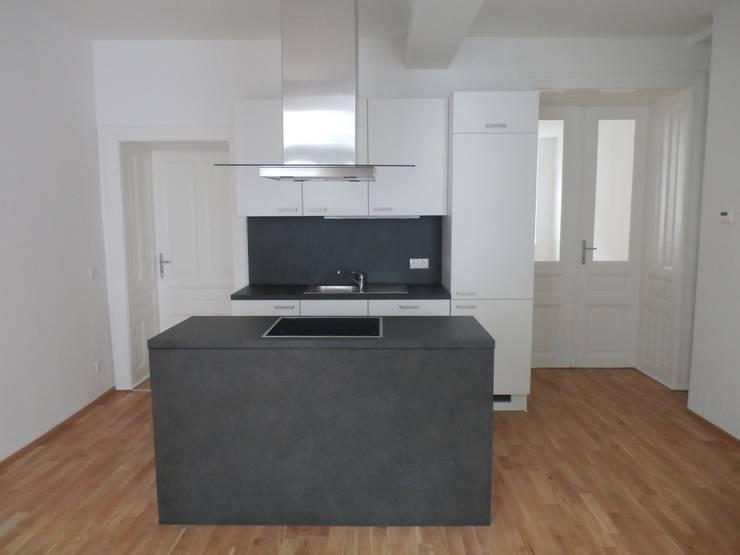 Wohnhaussanierung und Dachgeschoßausbau 1180 Wien, Kreuzgasse 29: klassische Küche von Timo Huber + Partner Architekten ZT-GmbH