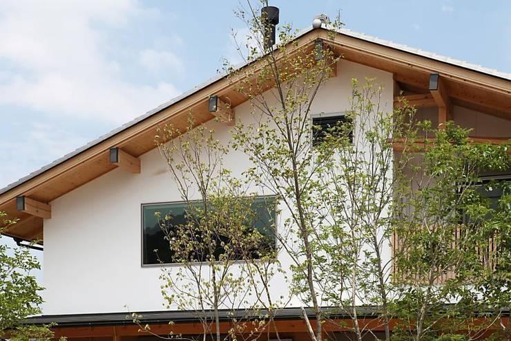 蘇水峡の大屋根の家: 永井政光建築設計事務所が手掛けた家です。