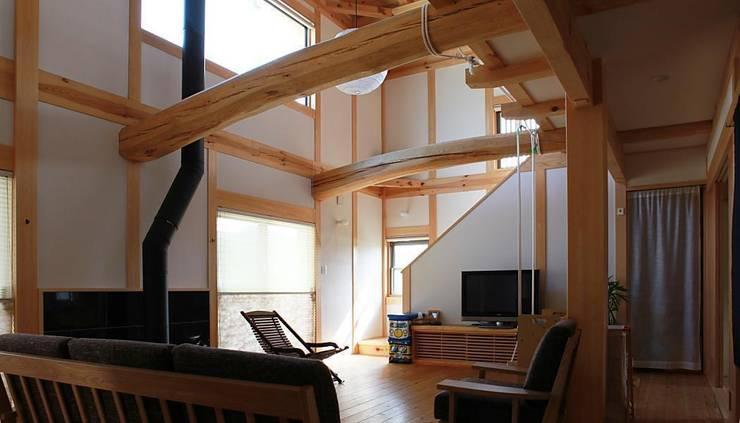 蘇水峡の大屋根の家: 永井政光建築設計事務所が手掛けたリビングです。