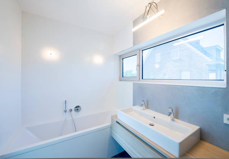 badkamer verdieping 1: minimalistische Badkamer door Architect2GO