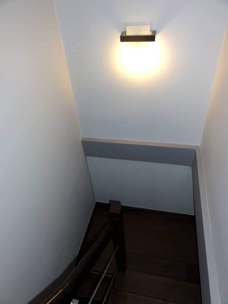 Dom w zabudowie szeregowej: styl , w kategorii Korytarz, przedpokój zaprojektowany przez studio bonito