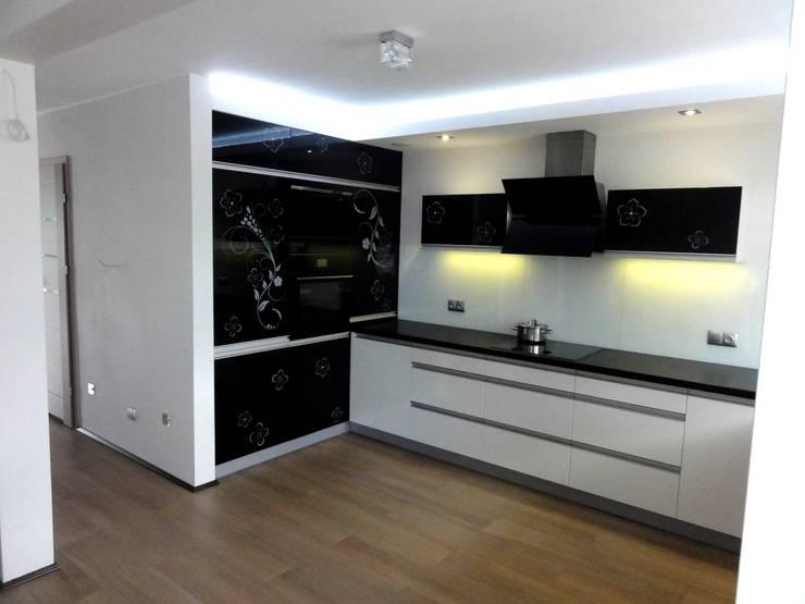 Dom w zabudowie szeregowej: styl , w kategorii Kuchnia zaprojektowany przez studio bonito