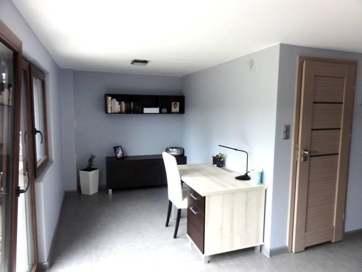 Dom w zabudowie szeregowej: styl , w kategorii Domowe biuro i gabinet zaprojektowany przez studio bonito