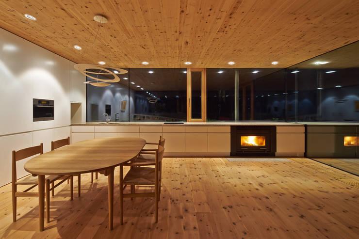 Wohnen im Grünen: minimalistische Küche von design.s Richard Stanzel e. K.