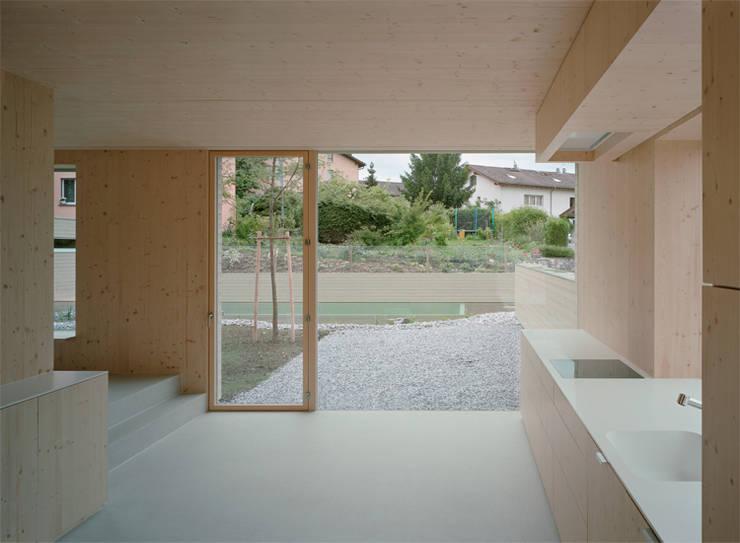 Neubau Doppeleinfamilienhaus : minimalistische Küche von Gut Deubelbeiss Architekten AG