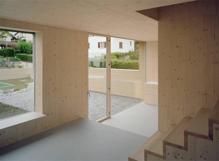 Neubau Doppeleinfamilienhaus : minimalistische Wohnzimmer von Gut Deubelbeiss Architekten AG