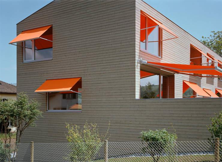 Neubau Doppeleinfamilienhaus : minimalistische Häuser von Gut Deubelbeiss Architekten AG