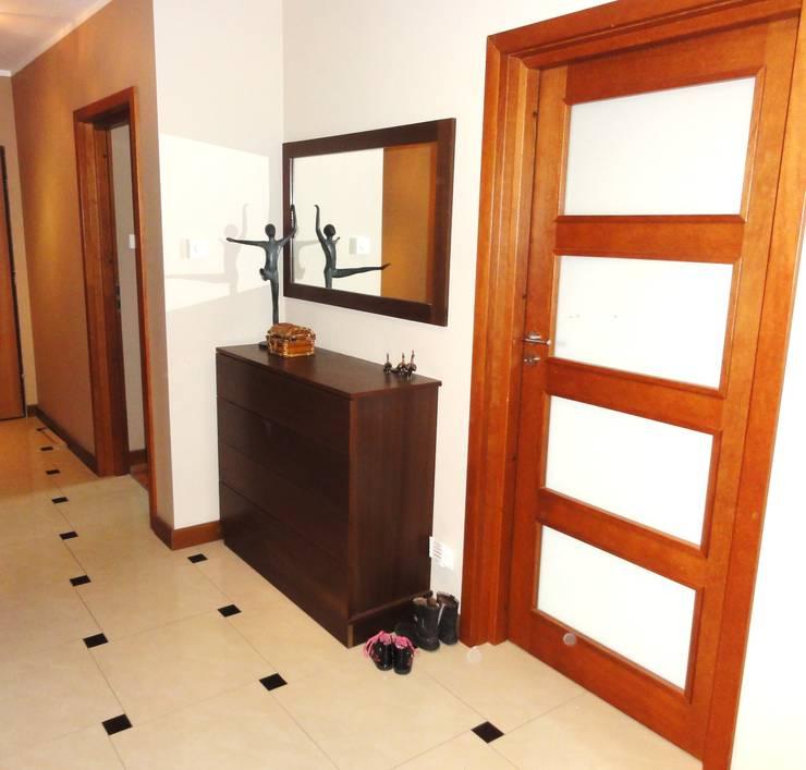 Mieszkanie trochę nowocześnie trochę klasycznie: styl , w kategorii Korytarz, przedpokój zaprojektowany przez studio bonito