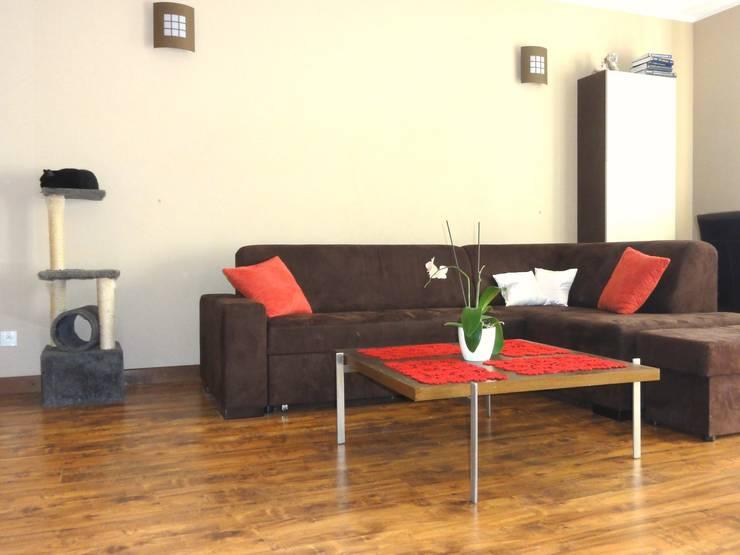 Mieszkanie trochę nowocześnie trochę klasycznie: styl , w kategorii Salon zaprojektowany przez studio bonito,Klasyczny