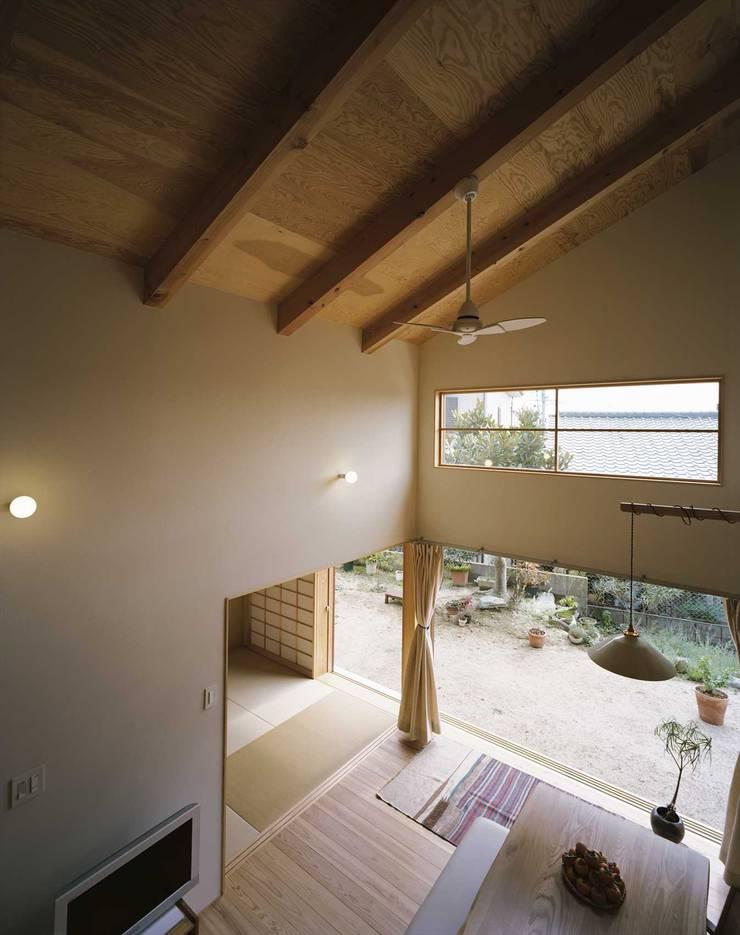リビング: 松デザインオフィスが手掛けたリビングです。