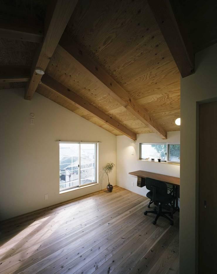 アトリエ: 松デザインオフィスが手掛けた書斎です。