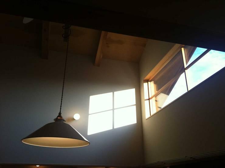 リビング: 松デザインオフィスが手掛けた窓です。