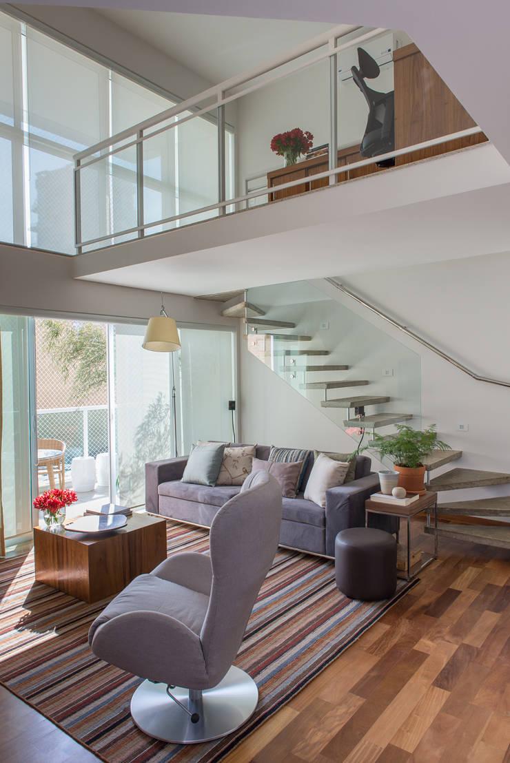 Apartamento Duplex: Salas de estar  por GUSTAVO GARCIA ARQUITETURA E DESIGN