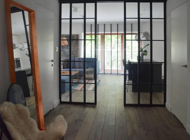 Proste, minimalistyczne, biało czarne mieszkanie: styl , w kategorii Korytarz, przedpokój zaprojektowany przez MG Interior Studio Michał Głuszak,