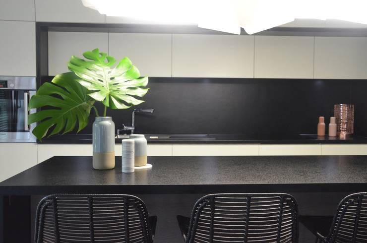 Proste, minimalistyczne, biało czarne mieszkanie: styl , w kategorii Kuchnia zaprojektowany przez MG Interior Studio Michał Głuszak,