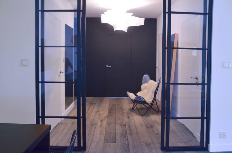 Proste, minimalistyczne, biało czarne mieszkanie: styl , w kategorii Okna zaprojektowany przez MG Interior Studio Michał Głuszak,