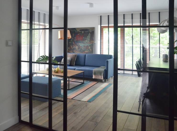 Proste, minimalistyczne, biało czarne mieszkanie: styl , w kategorii Salon zaprojektowany przez MG Interior Studio Michał Głuszak
