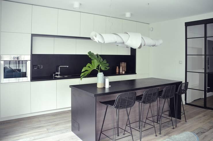 Proste, minimalistyczne, biało czarne mieszkanie: styl , w kategorii Jadalnia zaprojektowany przez MG Interior Studio Michał Głuszak,