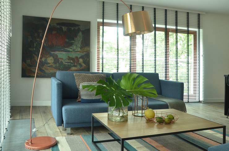 Proste, minimalistyczne, biało czarne mieszkanie: styl , w kategorii Salon zaprojektowany przez MG Interior Studio Michał Głuszak,