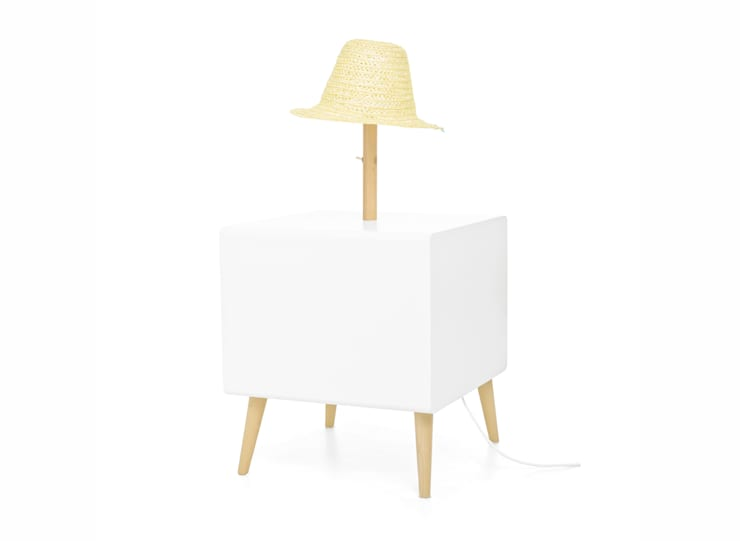 NEL bedside table with lamp (back view of the standard option): Casa  por DAM