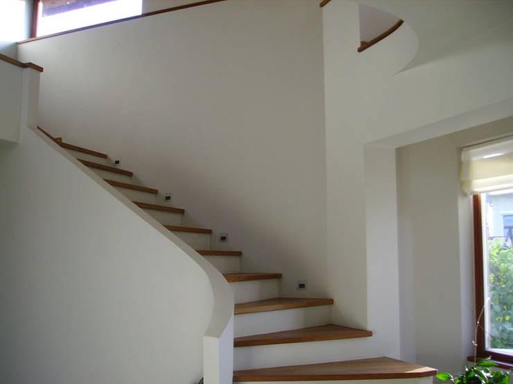 Dom w Wilanowie : styl , w kategorii Korytarz, przedpokój zaprojektowany przez atz-studio