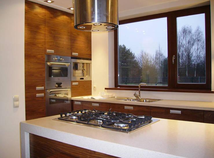 Dom w Laskach: styl , w kategorii Kuchnia zaprojektowany przez atz-studio