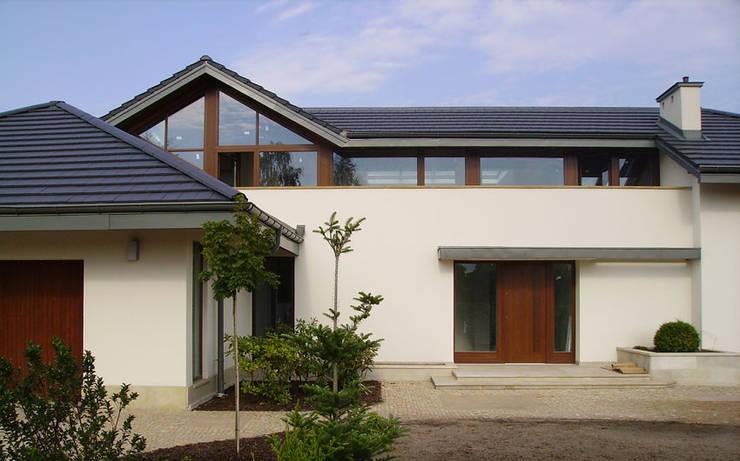 Dom w Laskach: styl , w kategorii Domy zaprojektowany przez atz-studio