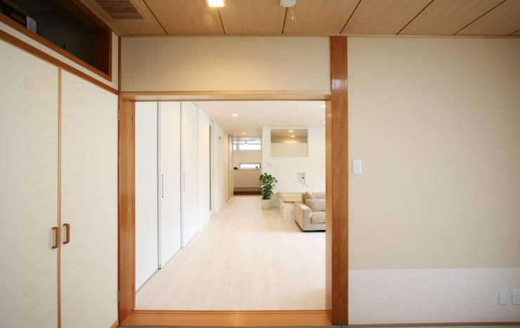 和室 (リビング): 吉田設計+アトリエアジュールが手掛けたリビングです。