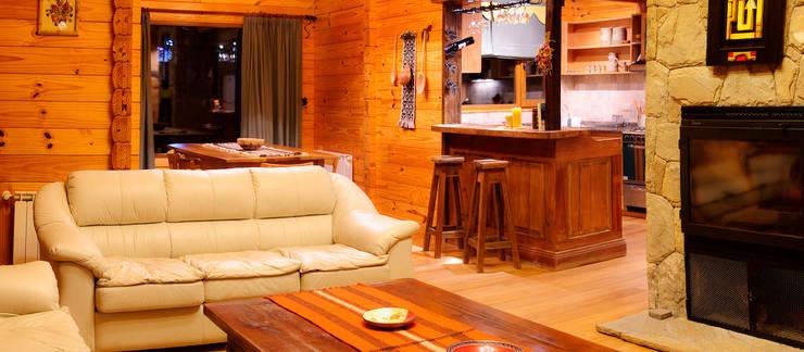 Salas de estilo rural por Patagonia Log Homes
