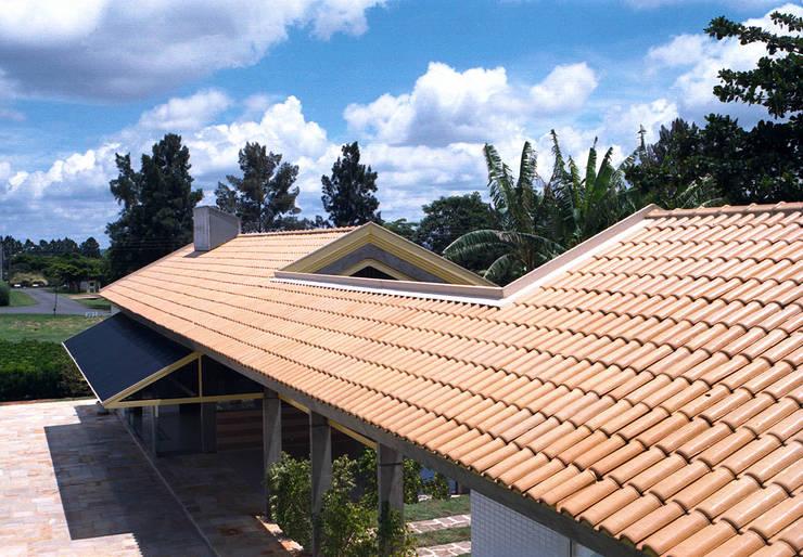 VISTA PARCIAL RESIDÊNCIA JBF: Casas  por Douglas Piccolo Arquitetura e Planejamento Visual LTDA.