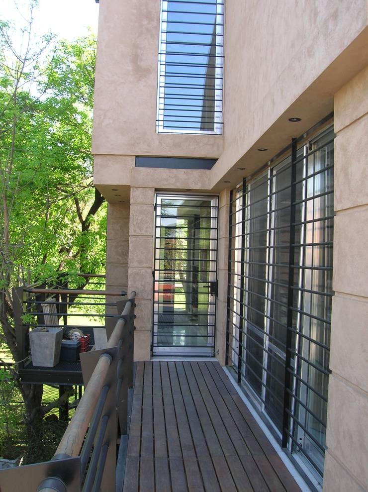 Diseño de un loft en Martínez, Buenos Aires Balcones y terrazas modernos: Ideas, imágenes y decoración de Laura Avila Arquitecta - Ciudad de Buenos Aires Moderno Derivados de madera Transparente