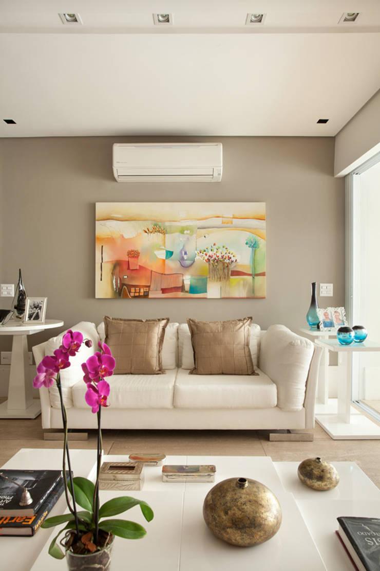 Apartamento em Moema: Salas de estar  por Liliana Zenaro Interiores