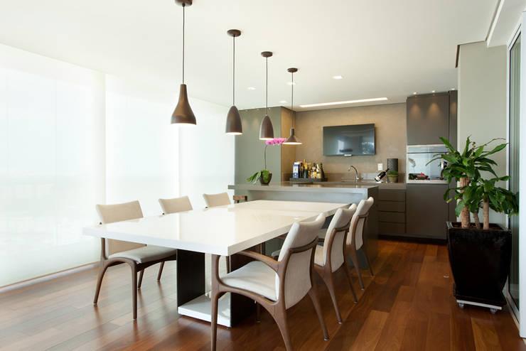 Apartamento no Alto da Lapa: Salas de jantar  por Liliana Zenaro Interiores