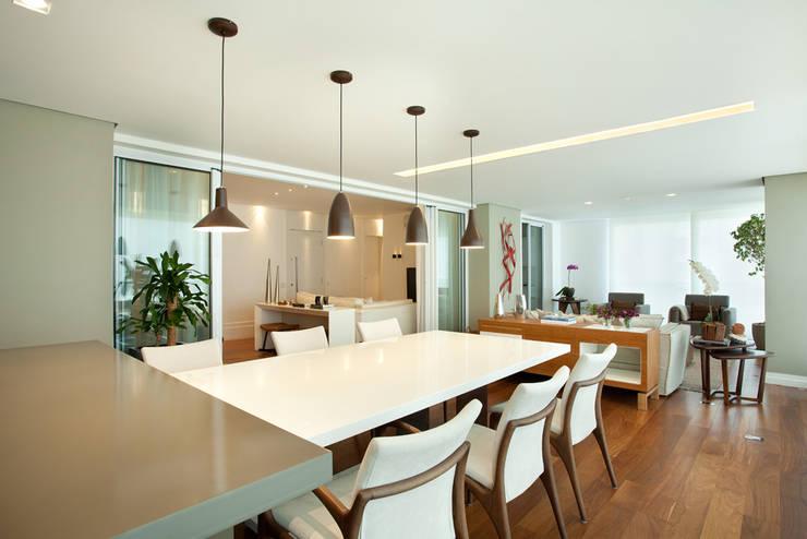 Apartamento no Alto da Lapa: Salas de jantar  por Liliana Zenaro Interiores,