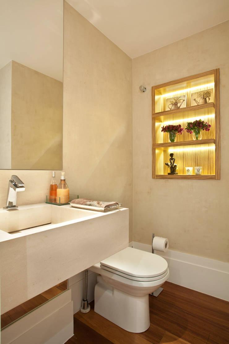 Apartamento no Alto da Lapa: Banheiros  por Liliana Zenaro Interiores,