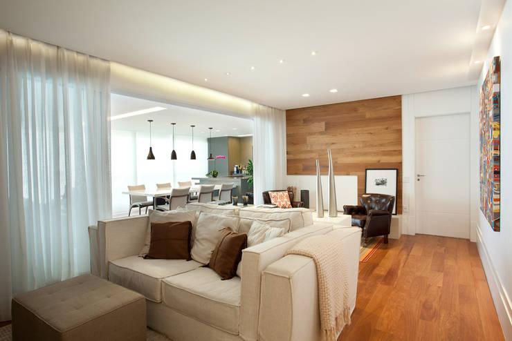 Apartamento no Alto da Lapa: Salas de estar  por Liliana Zenaro Interiores,