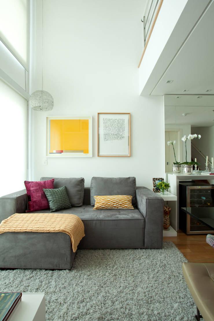 Loft em Moema, São Paulo: Salas de estar  por Liliana Zenaro Interiores