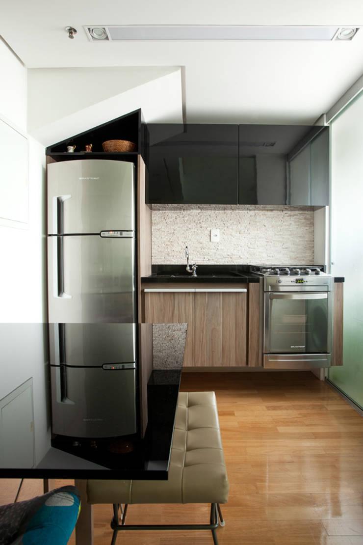 Loft em Moema, São Paulo: Cozinhas  por Liliana Zenaro Interiores