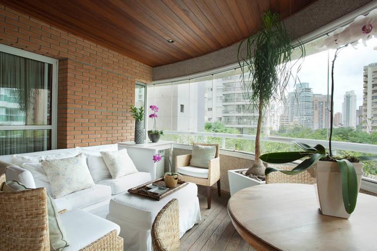 Apartamento na Vila Nova Conceição II: Terraços  por Liliana Zenaro Interiores